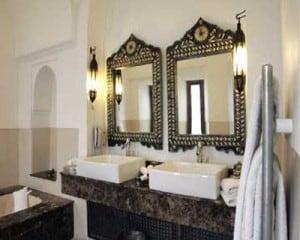 Marokańska łazienka w hotelu w Marakeszu