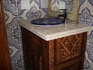 Marokańskie płytki i umywalki w niebieskich odcieniach