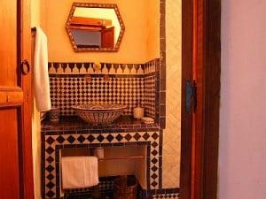 Piękne połącznie marokańskiej umywalki i marokańskich dekorów