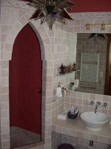 Marokańskie płytki wraz z klasyczną umywalką