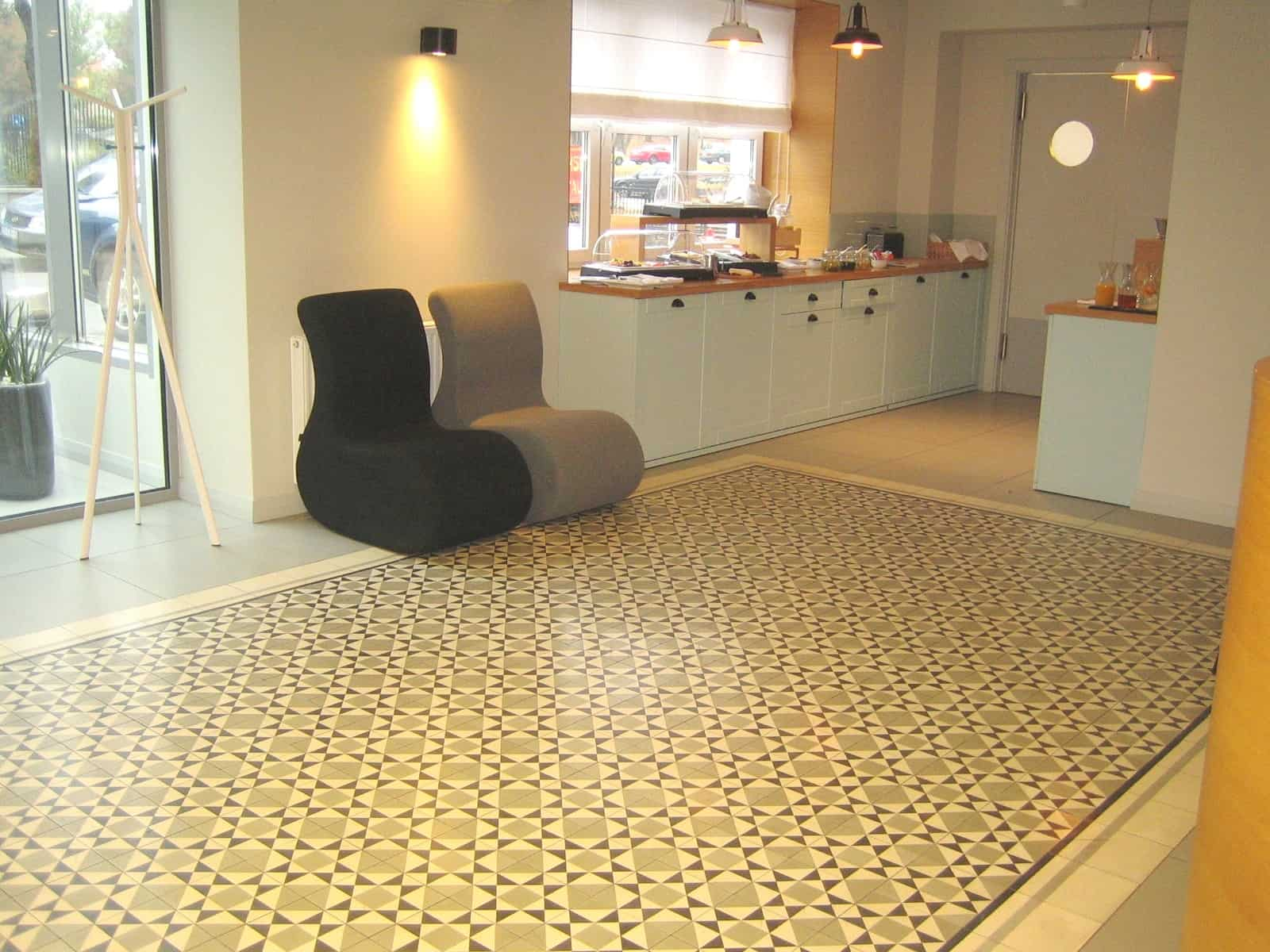 Posadzka dywanowa z płytek cementowych BAKARY, opleciona dyskretnym, jednobarwnym borderem