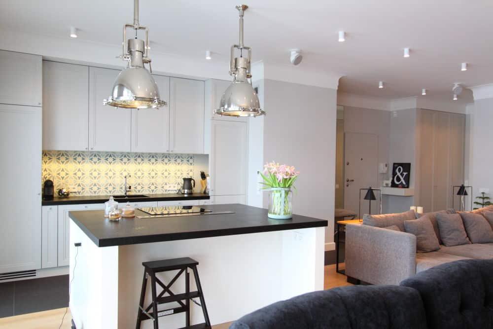 Klasyczne płytki cementowe w eleganckiej kuchni – projekt Katarzyny Kraszewskiej