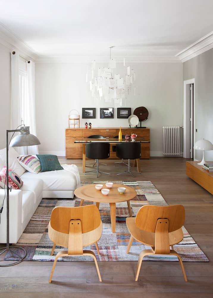 Eames Lounge Chair Wood (z lewej strony zdjęcia) powstały w roku 1945 jako projekt pary dizajnerów Charles and Ray Eames