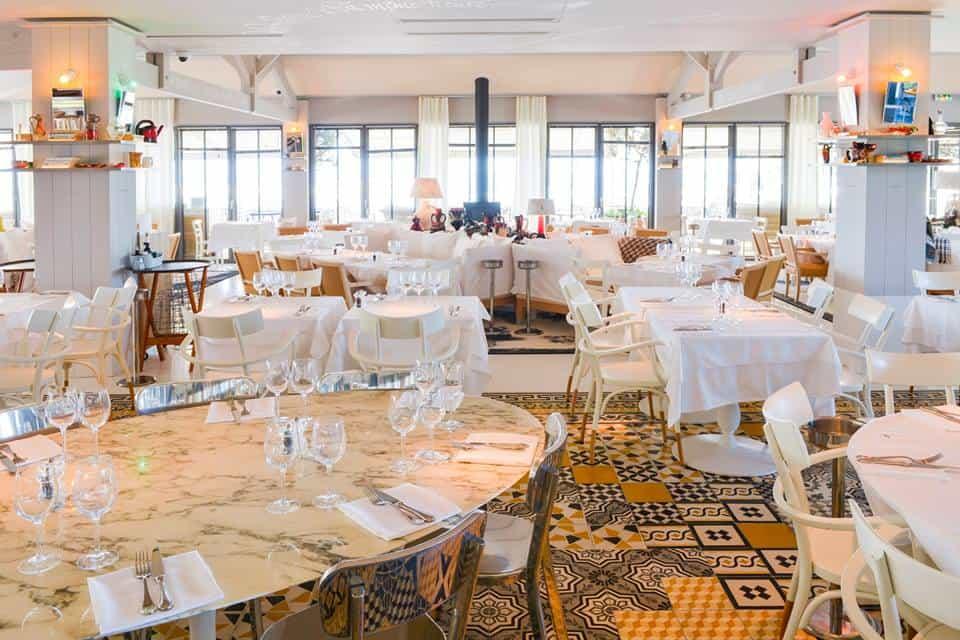 Restauracja w hotelu La Cornische z posadzką ułożoną z płytek cementowych