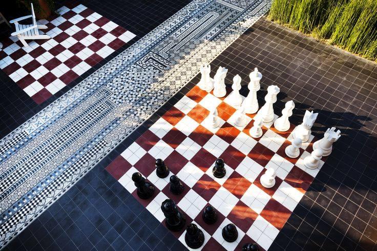 Ścieżka oraz szachownica z płytek cementowych w wewnętrznej części ogrodu
