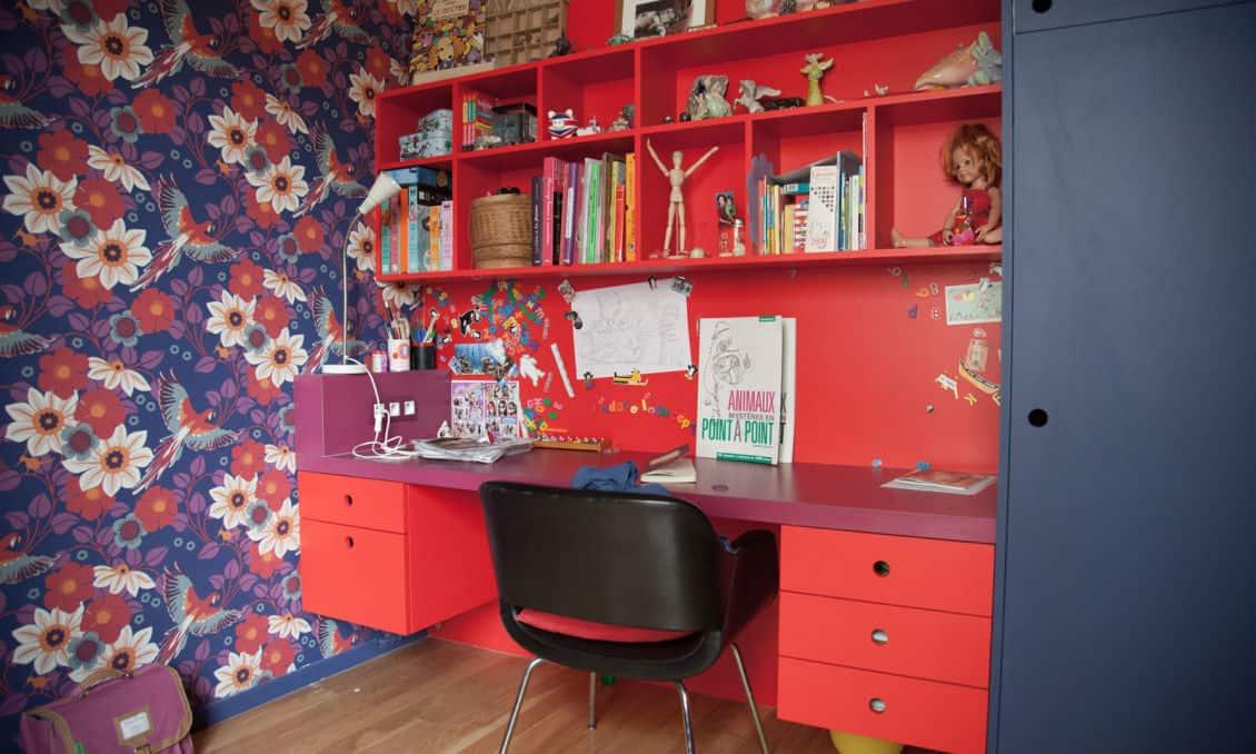 Mocne zestawienie niebieskiego i czerwieni w paryskim apartamencie