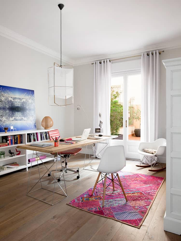 Ikony designu zaprojektowane przez Charlesa i Ray Eamesów - krzesło i fotel na biegunach z serii Eames Plastic oraz fotel mobilny z serii Eames Aluminium