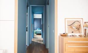 Rozbielony błękit w holu