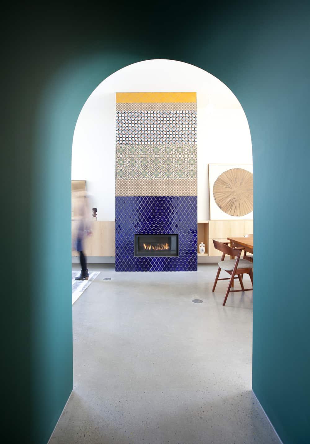 Kiedy architektka wyczuła miłość domowników do mauretańskich wpływów na architekturę hiszpańską, poprosiła ich o wybranie zestawu ręcznie robionych, wielobarwnych, wzorzystych płytek, które ułożyła razem w luźno korespondującej aranżacji. W sumie wypróbowali 24 warianty.