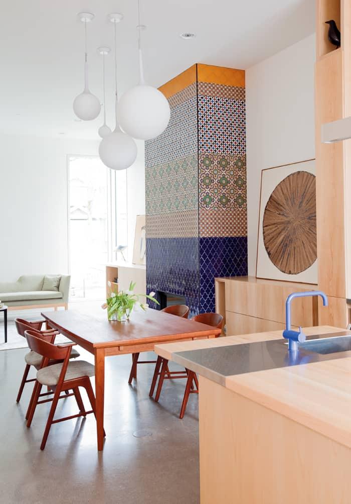 Kominek to imponujący kawałek sztuki mauretańskiej oraz hołd dla kolorów i kontrastu.