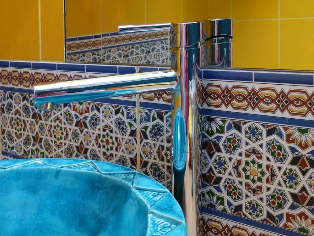 Border cerAmiczny ASMA, wypełniający przestrzeń między szafką umywalkową , a lustrem