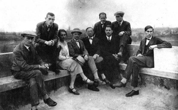 Od lewej do prawej: Josef Albers, Marcel Breuer, Gunta Stölzl, Oskar Schlemmer, Wassily Kandinsky, Walter Gropius, Herbert Bayer, László Moholy-Nagy i Hinnerk Scheper na dachu budynku Bauhausu, Dessau, 1928