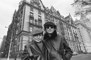 John Lennon i Yoko Ono na tle Dakota Apartments