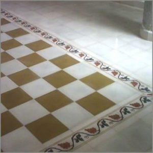 Fragment posadzki dywanowej z bordiurą roślinną (arabeskimi)