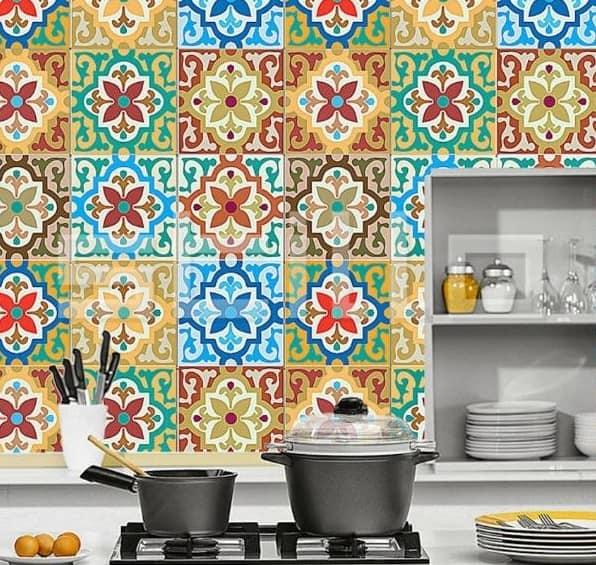 Ściana ze złotych płytek cementowych w kuchni rustykalnej