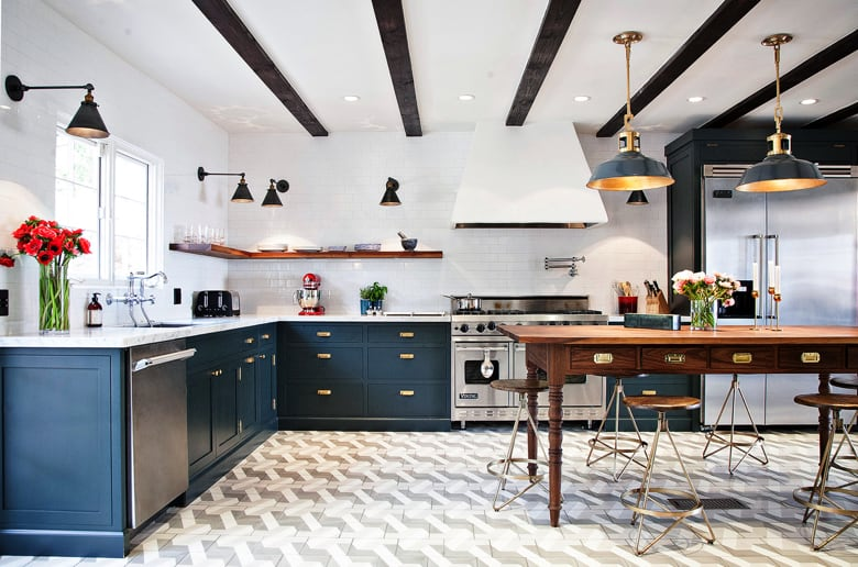 Nowoczesna posadzka cementowa w kuchni wykorzystującej elementy tradycyjne