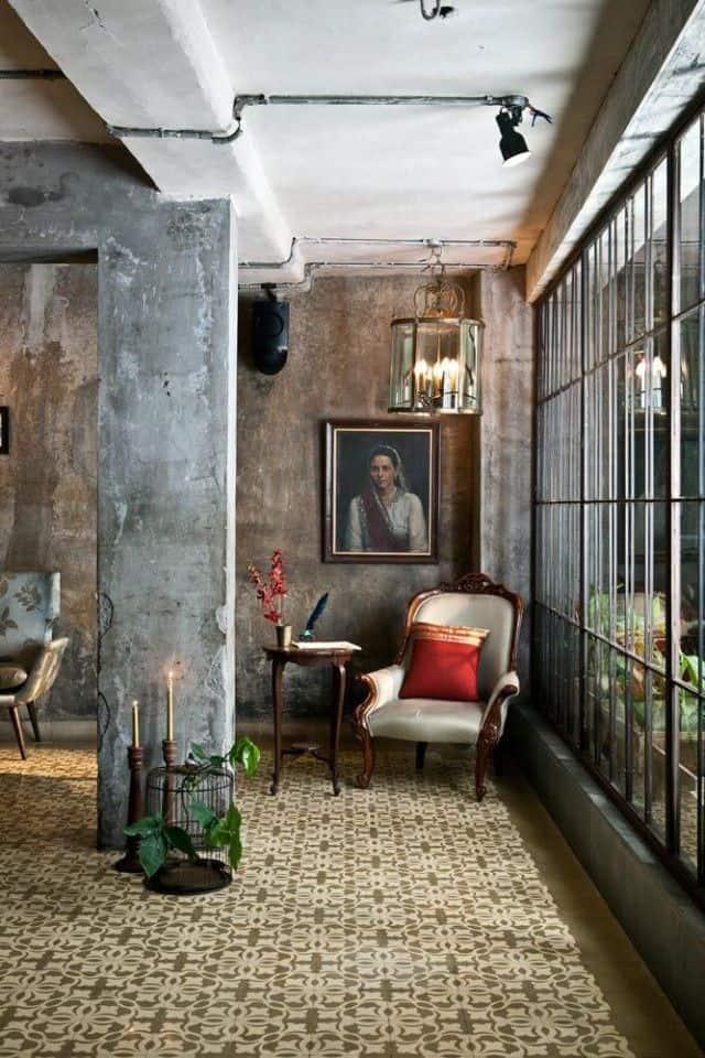 Salon z cementową posadzką w kolorze złota podkreślający upływ czasu