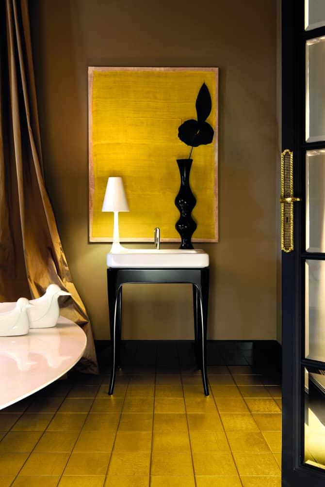 Luksusowa łazienka w kolorze złota, charakterystycznym dla epoki art deco