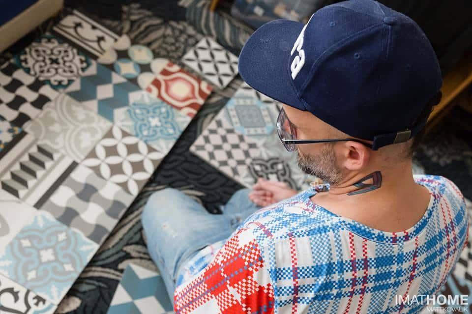 Tomasz Pągowski wybiera płytki cementowe w sklepie Kolory Maroka